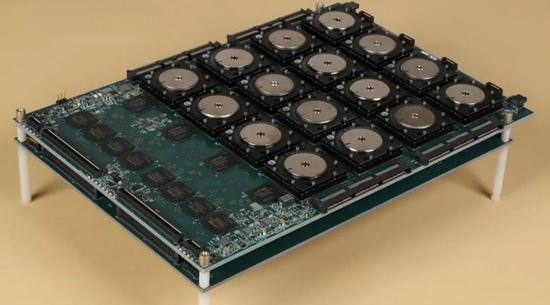 装有 16 个 TrueNorth 芯片的 DARPASyNAPSE 主板图片来自网络,版权属于作者